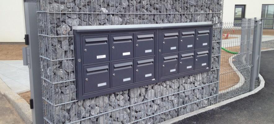 Insersion de boites aux lettres dans mur gabion