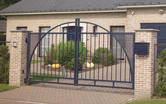 Porte pivotante chaplin