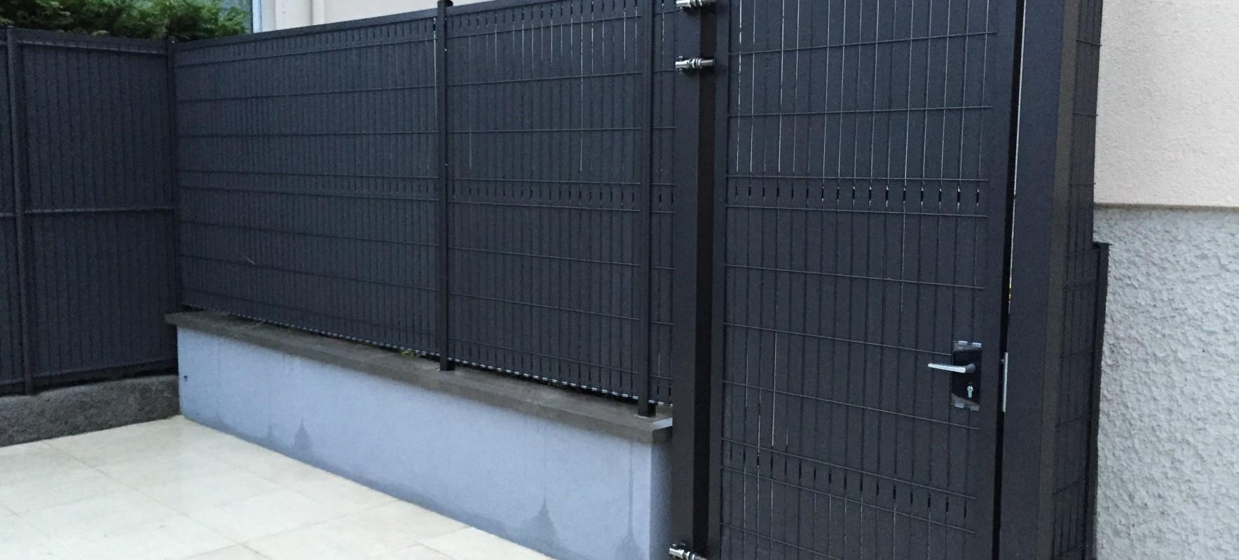 Cloture panneaux rigides et portillon occulte gris
