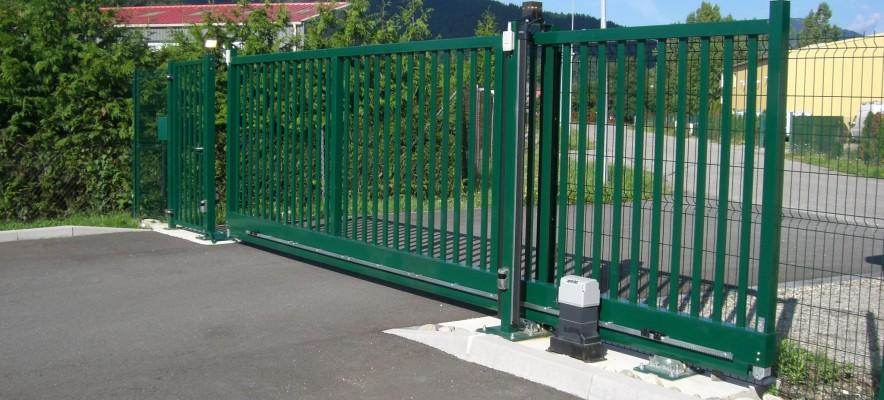 Portail aquilon autoportant vert et portillon aquilon attenant